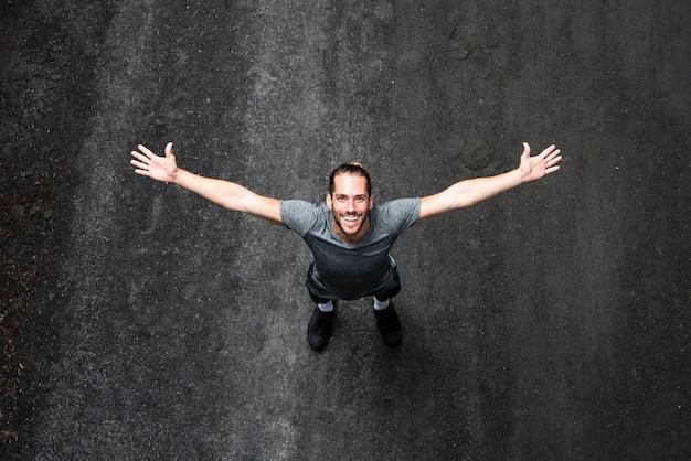Vista dall'alto dell'uomo con le braccia spalancate