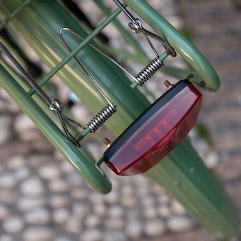 Vista dall'alto della bicicletta con pavimentazione leggera e sfocato