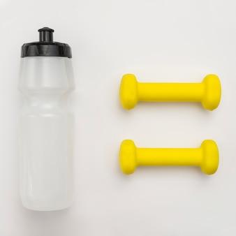 Vista dall'alto della bottiglia d'acqua con pesi gialli