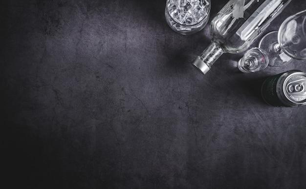 Vista dall'alto della bottiglia di vodka, cubetto di ghiaccio e birra