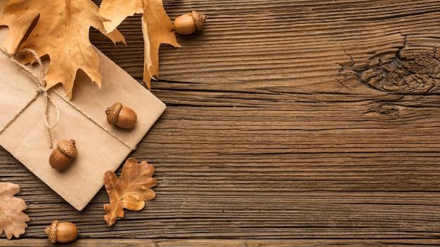 Vista dall'alto della busta con foglie autunnali e copia spazio