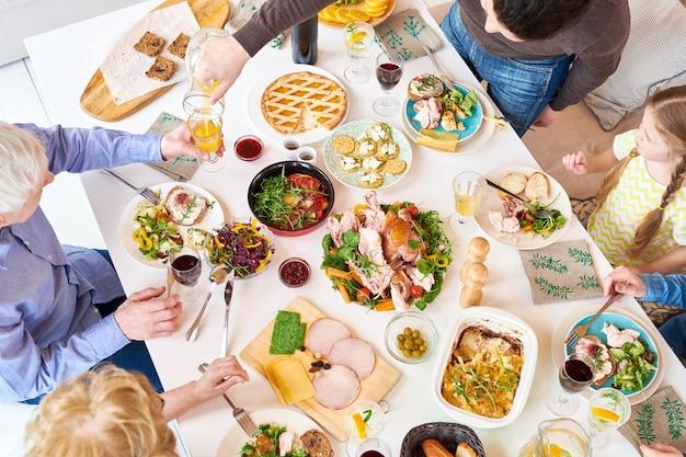 Vista dall'alto della cena in famiglia