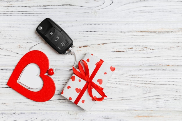Vista dall'alto della chiave della macchina, confezione regalo e cuore