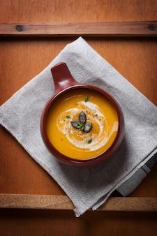 Vista dall'alto della ciotola con zuppa di zucca