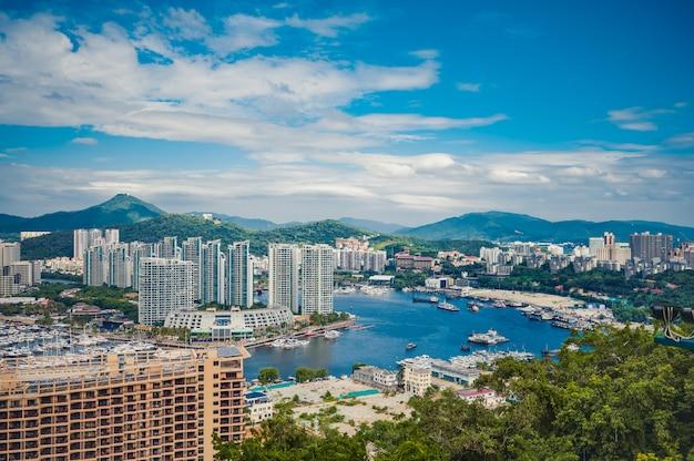 Vista dall'alto della città di sanya di hainan, con case locali e hotel ed edifici di lusso. paradiso delle vacanze estive in asia.