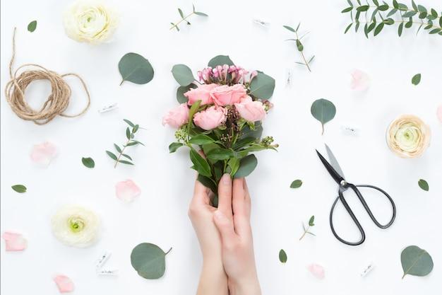 Vista dall'alto della composizione floreale del bellissimo bouquet di fiori rosa rosa
