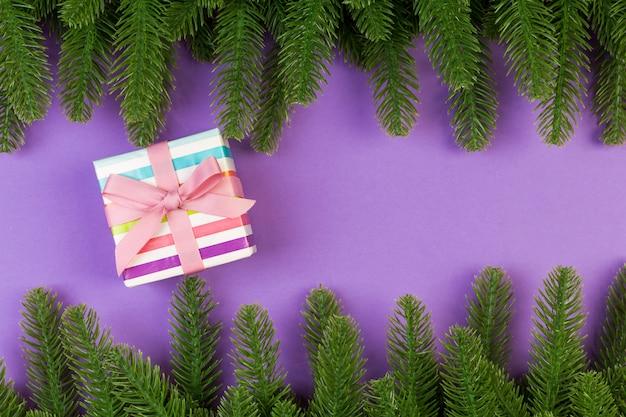 Vista dall'alto della confezione regalo e rami di abete.