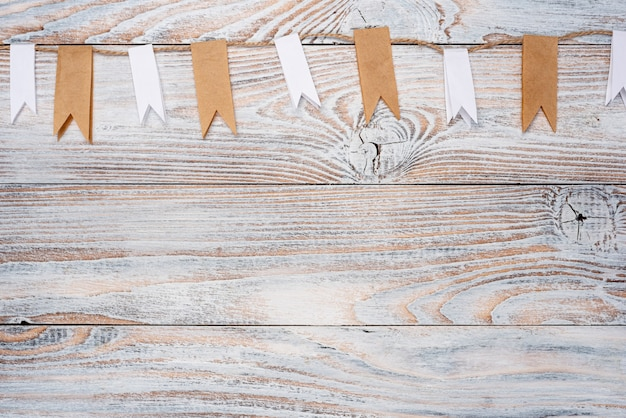 Vista dall'alto della corda sul tavolo di legno