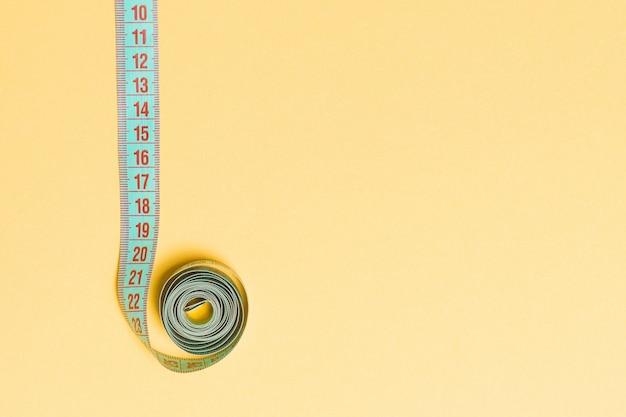 Vista dall'alto della cornice del bordo in nastro di misura con spazio vuoto per la tua idea. cucire e mantenersi in forma sull'arancia