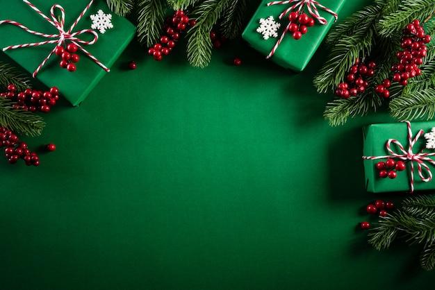 Vista dall'alto della decorazione di natale su sfondo verde.