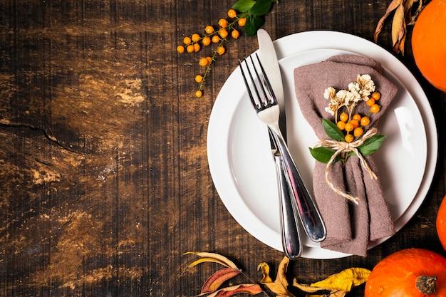 Vista dall'alto della disposizione dei tavoli da pranzo del ringraziamento con posate e spazio di copia