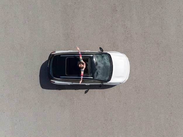 Vista dall'alto della donna in piedi fuori dal finestrino dell'auto