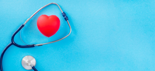 Vista dall'alto della forma del cuore con lo stetoscopio e lo spazio della copia