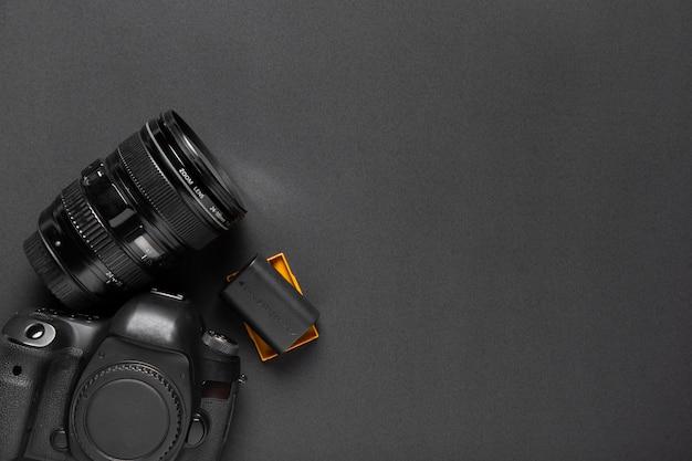 Vista dall'alto della fotocamera su sfondo nero