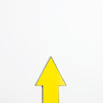 Vista dall'alto della freccia gialla con spazio di copia