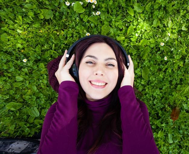 Vista dall'alto della giovane donna che ascolta la musica.