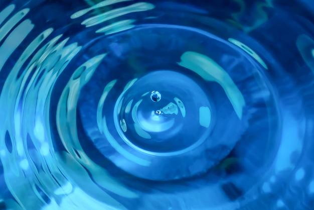 Vista dall'alto della goccia d'acqua blu la goccia d'acqua rotonda e trasparente