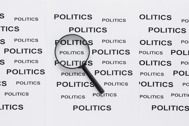 Vista dall'alto della lente d'ingrandimento con la politica