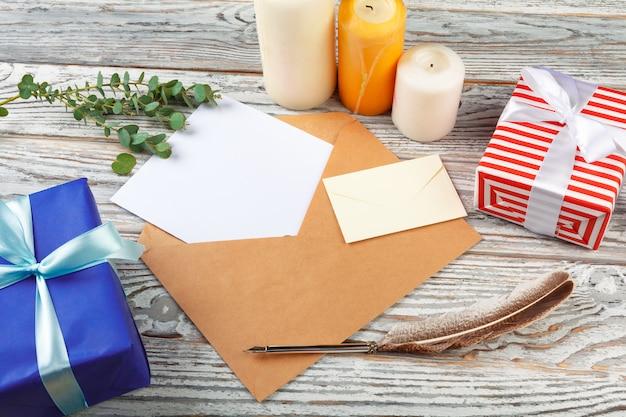 Vista dall'alto della lettera al concetto di babbo natale. carta con decorazioni natalizie