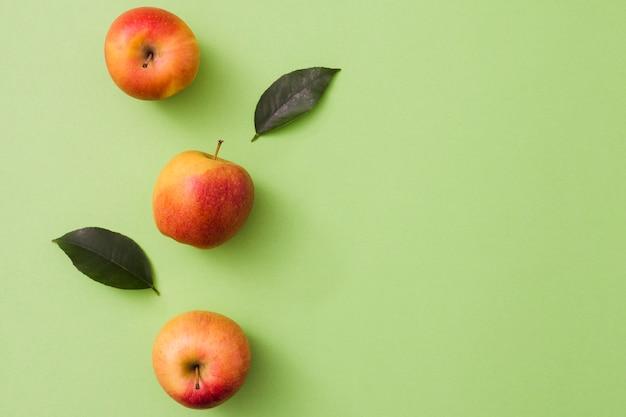 Vista dall'alto della linea di mele