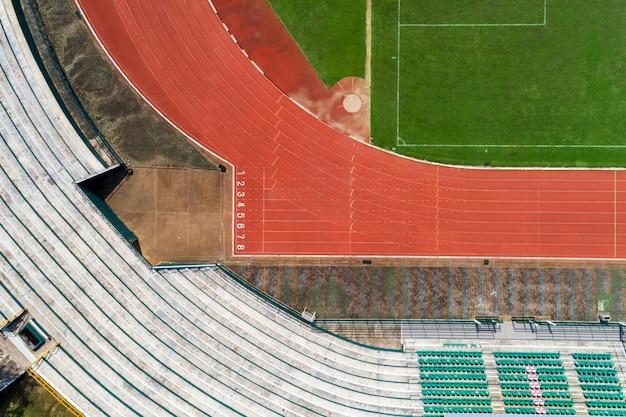 Vista dall'alto della linea di partenza della pista di atletica con i numeri di corsia nello stadio