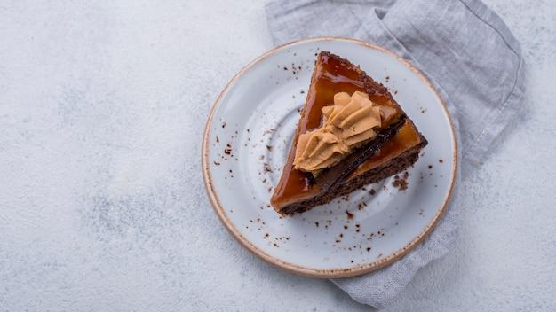 Vista dall'alto della piastra con torta e copia spazio