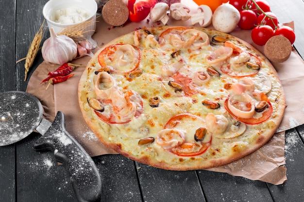 Vista dall'alto della pizza fresca al forno