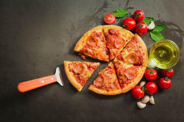 Vista dall'alto della pizza peperoni piccanti