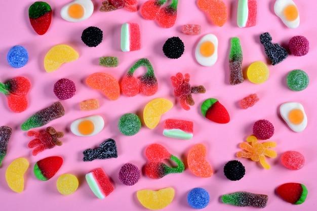 Vista dall'alto della raccolta di caramelle di gelatina sul rosa