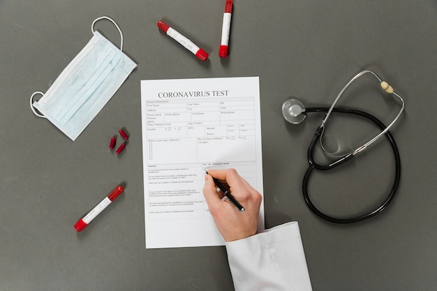 Vista dall'alto della scrittura del medico su un test di coronavirus