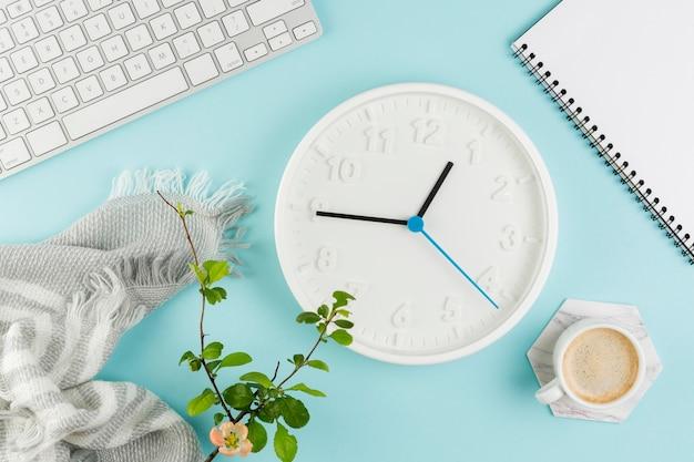 Vista dall'alto della scrivania con orologio e caffè