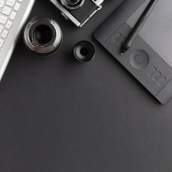 Vista dall'alto della scrivania con tastiera e blocco da disegno