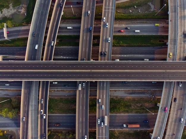 Vista dall'alto della superstrada, traffico stradale un'importante infrastruttura