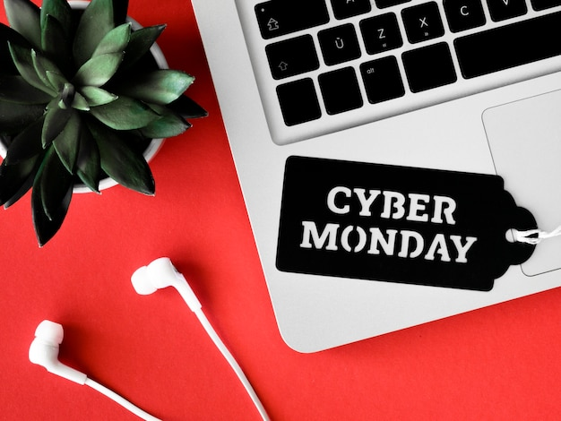 Vista dall'alto della tastiera con auricolari per cyber lunedì