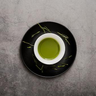 Vista dall'alto della tazza di tè matcha sul piatto