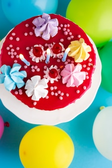 Vista dall'alto della torta con candele