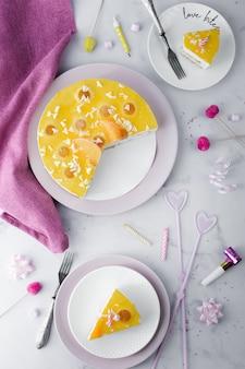 Vista dall'alto della torta con fette e decorazioni di compleanno