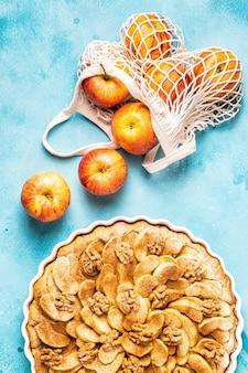 Vista dall'alto della torta con mele e noci