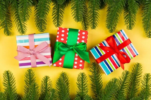 Vista dall'alto della vacanza colorata fatta di abete e confezione regalo.