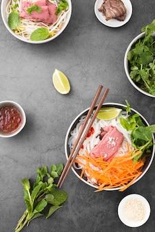 Vista dall'alto della varietà di noodles con carote