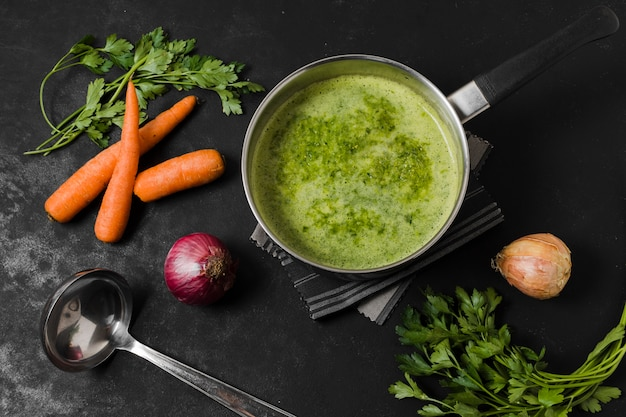 Vista dall'alto della zuppa con carote e cipolla