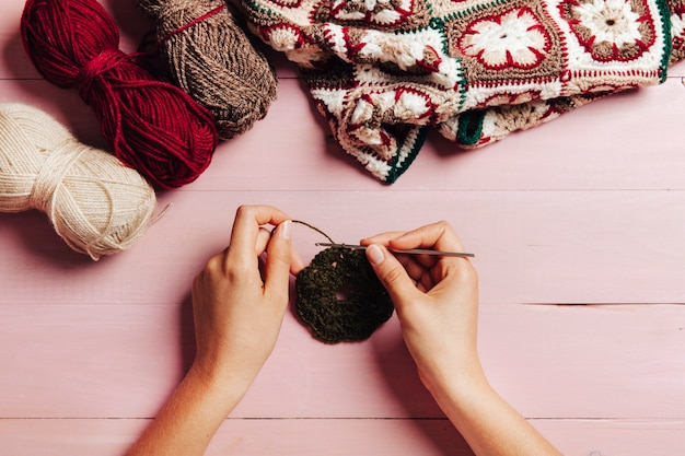 Vista dall'alto delle mani a maglia