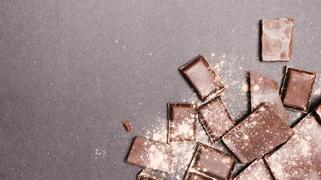 Vista dall'alto delle tavolette di cioccolato ricoperte di cacao in polvere