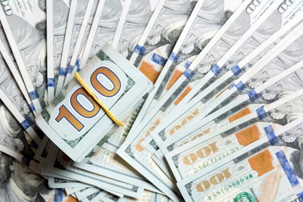 Vista dall'alto di 100 banconote arrotolate