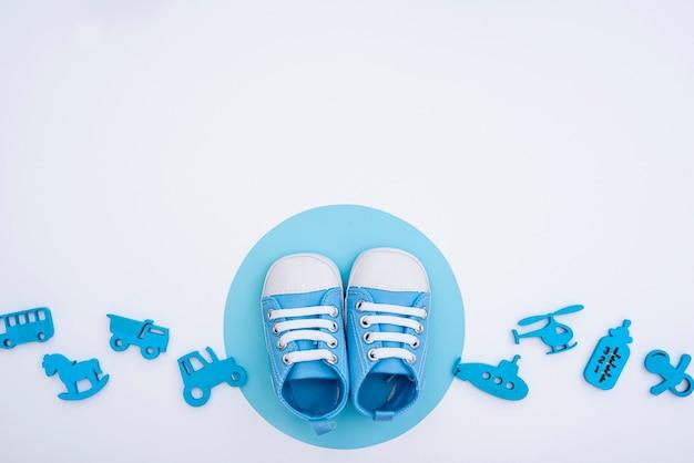 Vista dall'alto di accessori carino piccolo bambino con spazio di copia