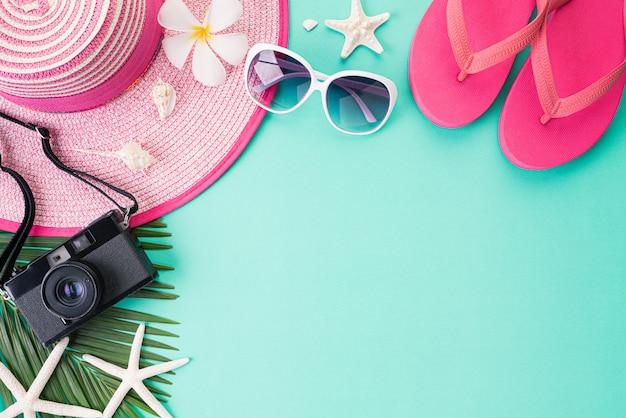 Vista dall'alto di accessori da spiaggia per le vacanze estive e il concetto di vacanza.