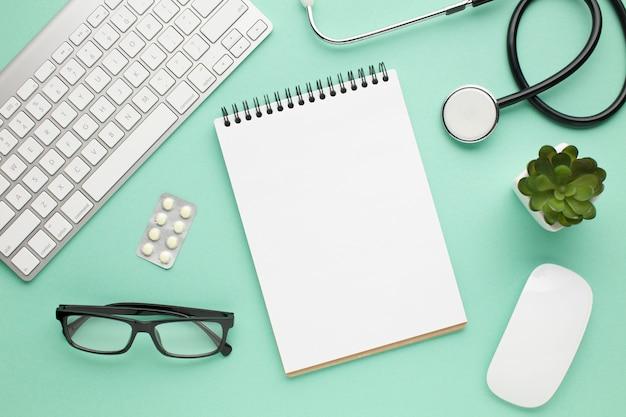 Vista dall'alto di accessori medici sulla scrivania verde