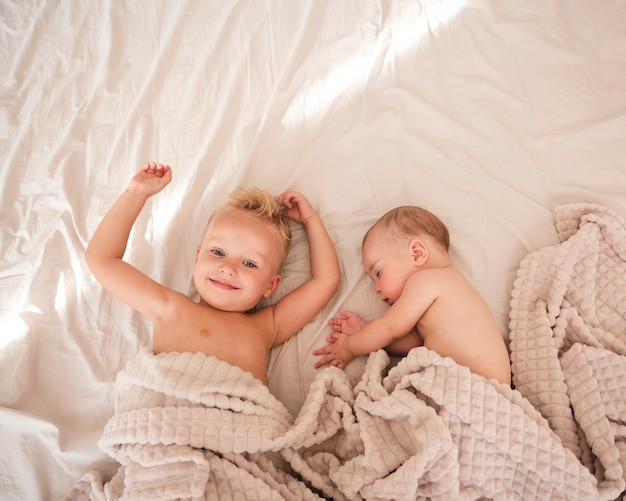 Vista dall'alto di adorabili fratelli in casa
