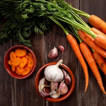 Vista dall'alto di aglio con carote