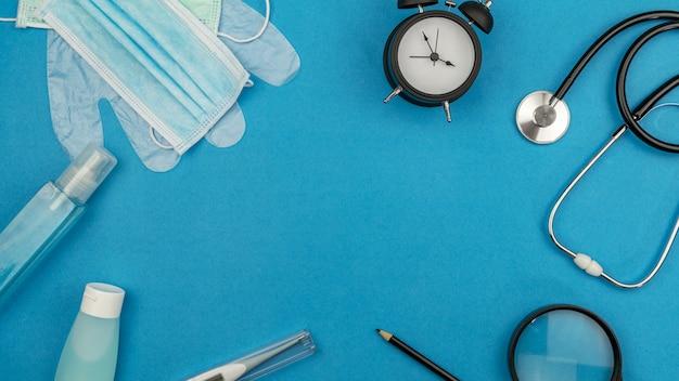 Vista dall'alto di apparecchiature mediche con attrezzature per la prevenzione dei virus covid-19.